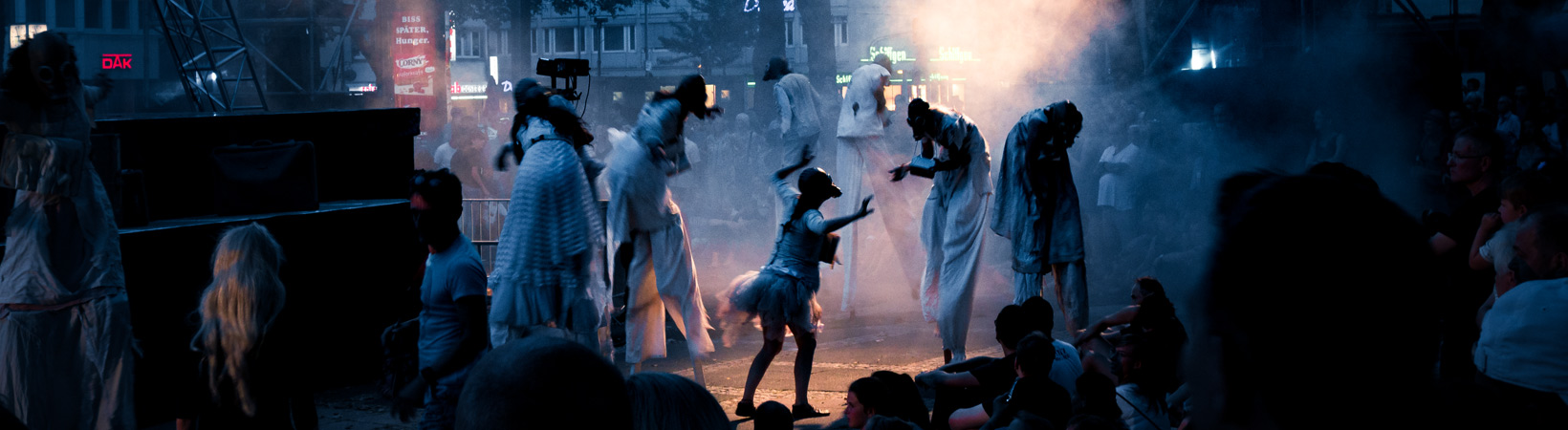 "Sommer.Köln Performance ""Gingko"" auf dem Kölner Neumarkt"