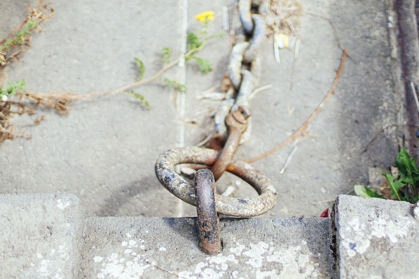 Stahlkette an Befestigung am Rheinufer